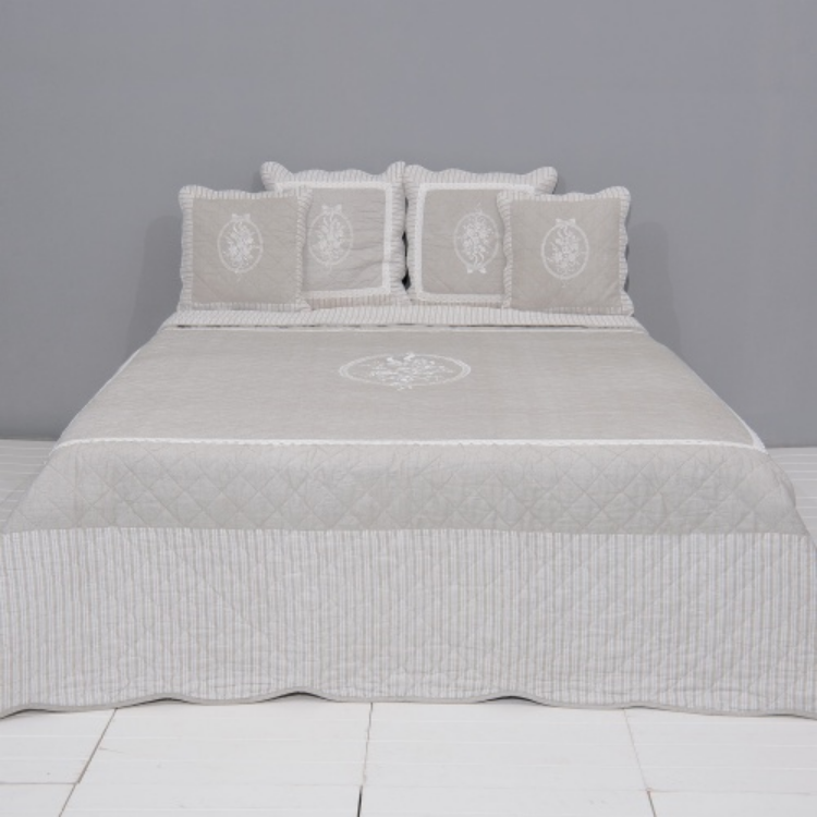Clayre & Eef Q179.061 Steppelt ágytakaró 230x260cm drapp ,fehér rózsa hímzéssel